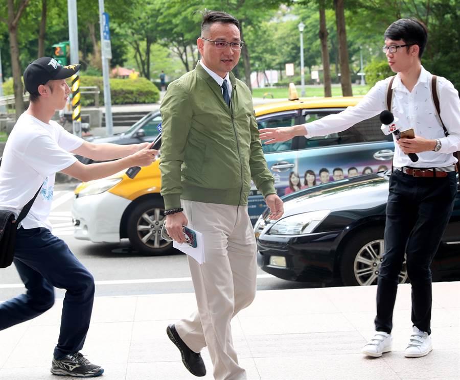 民進黨15日召開總統初選協調會,台北市議員阮昭雄(中)代表蔡英文總統出席協調會。 (鄭任南攝)