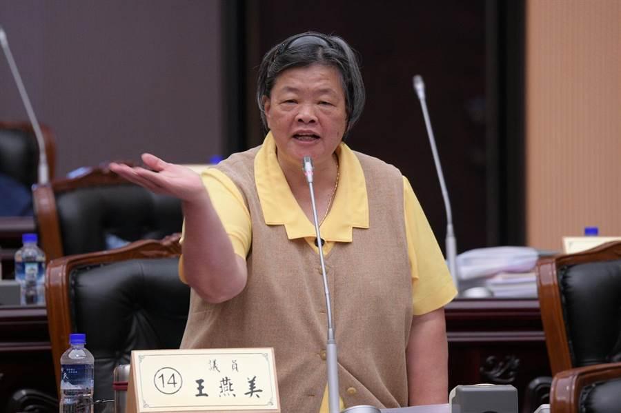 縣議員王燕華痛批少數照顧服務員照護失能長者處處算項目要錢。(范振和攝)