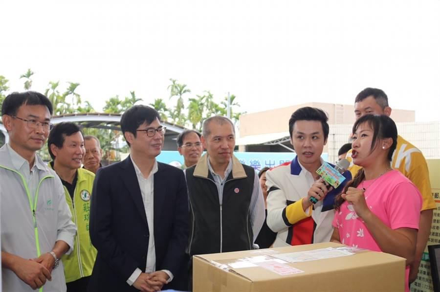 中華郵董事長魏健宏(圖中)。(資料照片)