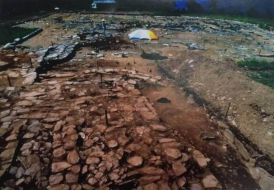曲冰遺址聚落中的房屋與石玉器作坊基址(民國70年考古遺址發掘報告翻拍)。(文化部提供)