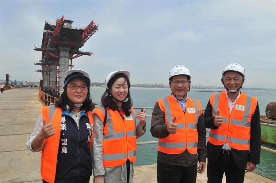 交通部長林佳龍今(15)日實地勘查金門大橋,肯定施工團隊全力以赴,朝2021年如期如質完工的目標大步邁進。(李金生攝)