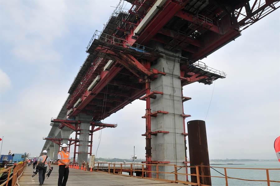 金門大橋新建工程實際進度已達41.69%,僅較預定進度落後1.2%。(李金生攝)