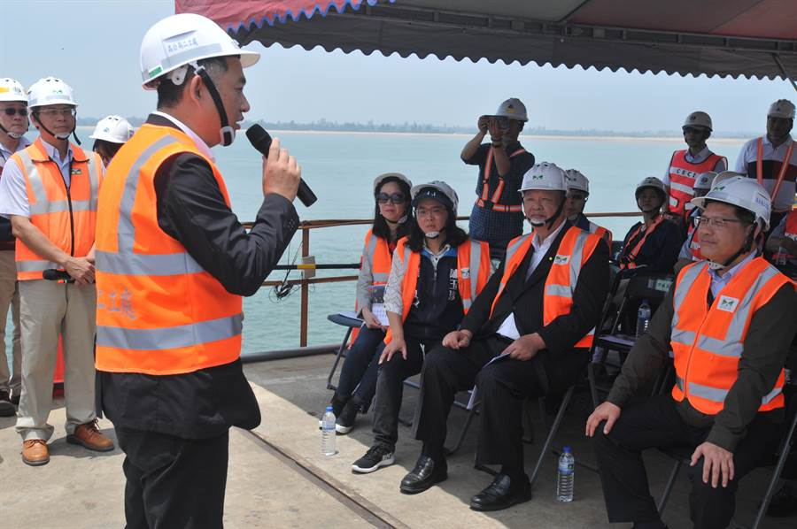 楊鎮浯縣長強調,金門大橋是具指標性的重大工程,承載海內外鄉親的希望和期待。(李金生攝)