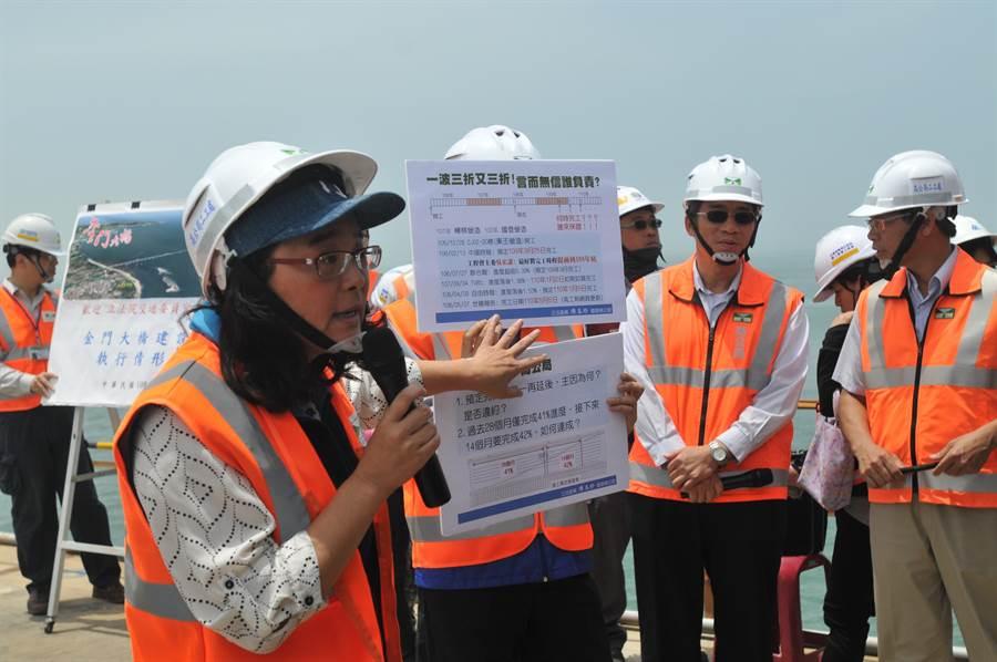 立委陳玉珍指出,金門大橋施工以來「一波三折又三折」,希望不要在下一次考察時,又再更動完工時程才好。(李金生攝)