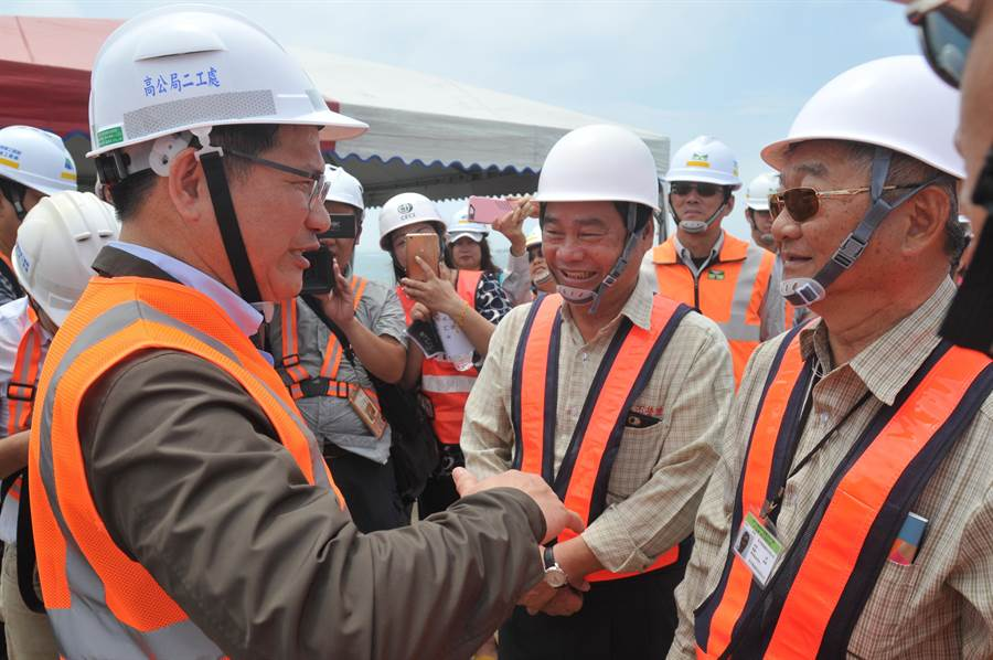 交通部長林佳龍前進金門大橋工地,與施工團隊加油打氣。(李金生攝)