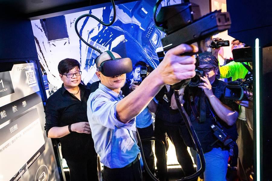 韓國瑜體驗虛擬實境遊戲、「體感震動槍」的射擊逼真感。(袁庭堯攝)