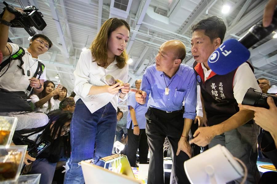 對體感科技感到好奇,韓國瑜把握機會詢問參展業者。(袁庭堯攝)