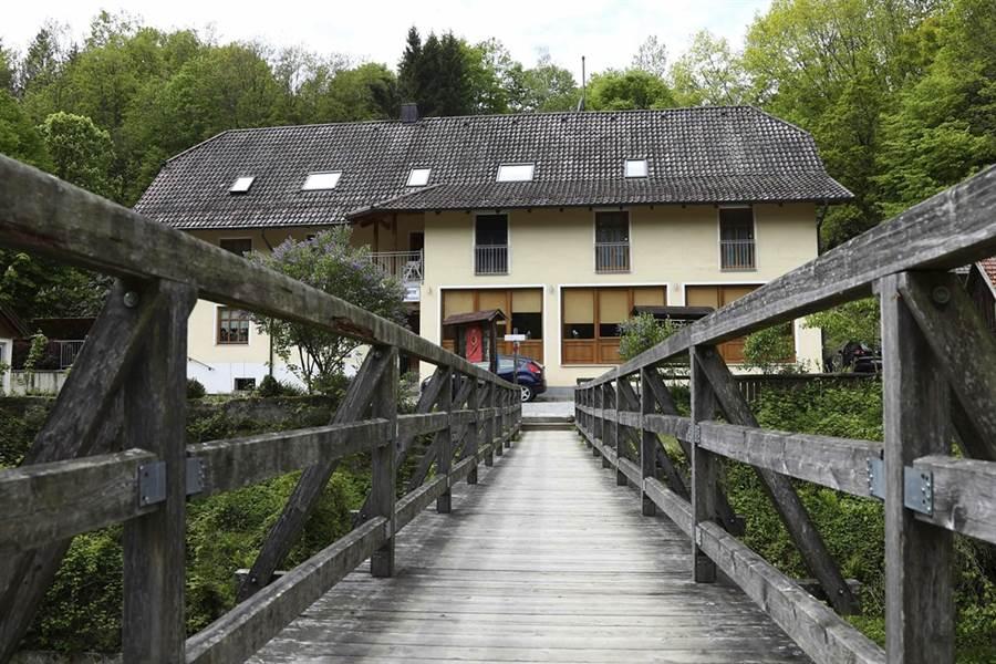 3名遭十字弓箭射死的德國人在德奧邊界帕紹市下榻的河濱旅館。(圖/美聯社)