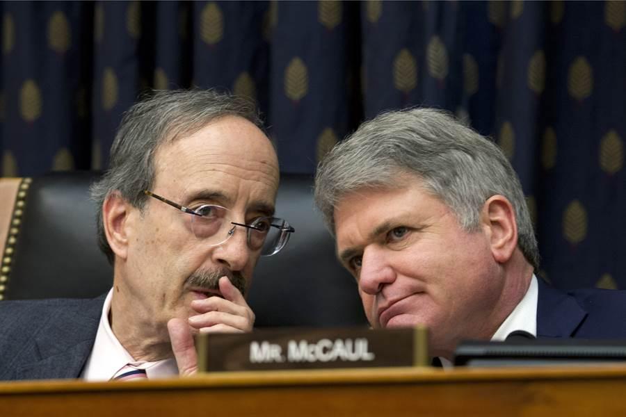 美眾議院外交委員會主席恩格爾(左)和資深議員麥考爾(右)聯手推動的《台灣保證法》在眾議院無異議通過。(圖/美聯社)