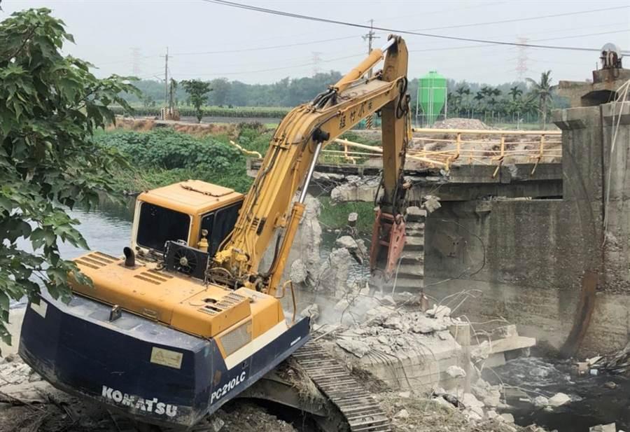 八角亭大排上的波浪橋去年9月緊急拆除,今年4月以1700萬元招標4次乏人問津都流標。(資料照片/周麗蘭攝)
