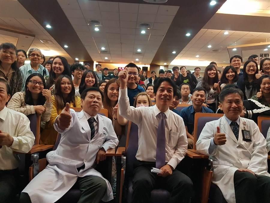 前行政院長賴清德(前右2)15日到台中市中山醫學大學附設醫院演講,受到醫學院師生們歡迎。(張妍溱攝)