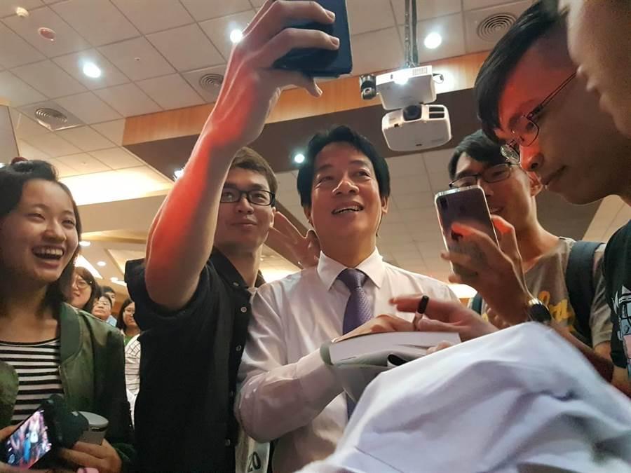 會後賴清德(左3)與醫學院學生一一合照、簽名。(張妍溱攝)