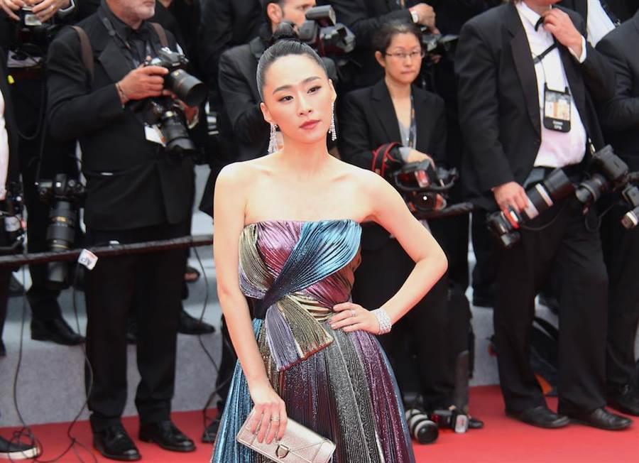 吳可熙穿Dior 2019春夏高級訂製系列,小露香肩性感逼人。(岸上影像提供)