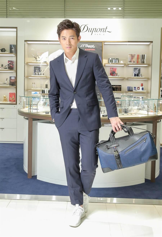 宥勝示範S.T.Dupont新款DEFI MELLENIUM旅行包的雅痞時尚,並宣布復出拍戲。(盧禕祺攝)