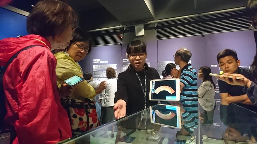 「東周實相─河南出土東周文物展」15日起在中研院展出,民眾到場參觀,並聆聽講解員說明。(李侑珊攝)