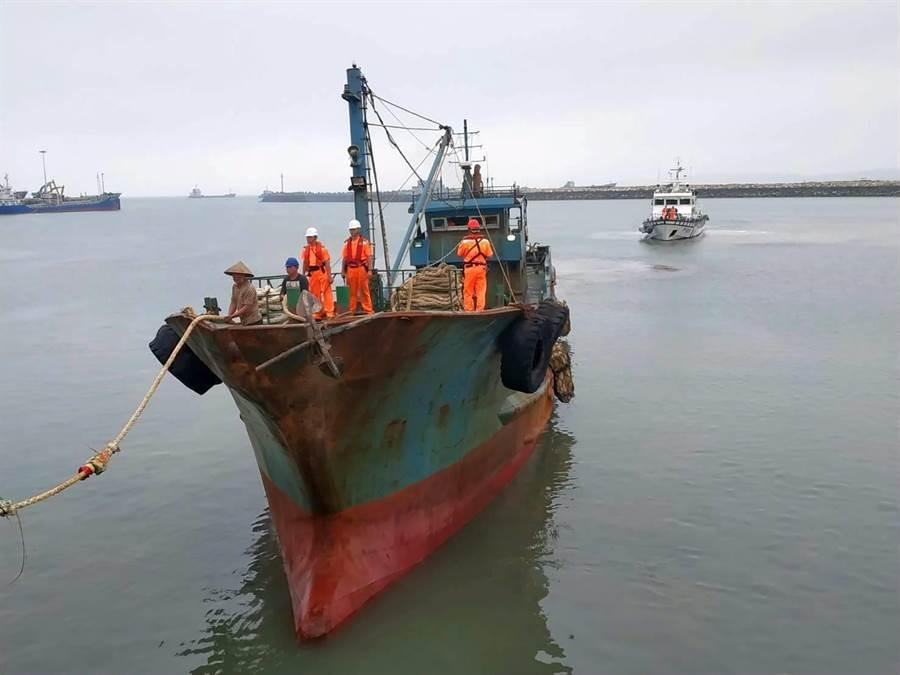 海巡署在烏坵海域查扣越界陸船,今天下午押返金門料羅港調查。(海巡提供)