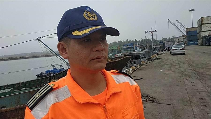 金門海巡隊組主任彭宥淋說明,未來仍將規畫艦艇巡弋烏坵海域,持續執行聯合掃蕩勤務。(海巡提供)