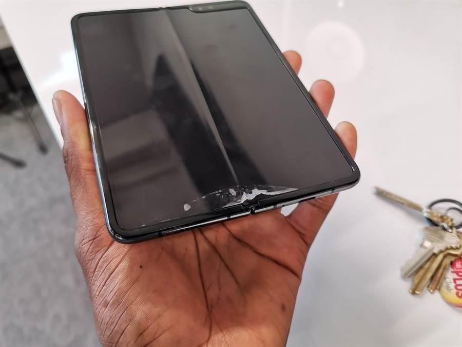 三星摺疊機Galaxy Fold在開賣前一周傳出寄送一批給外國媒體的測試機出現螢幕異常狀況,導致三星推遲上市計畫。(圖/翻攝Twitter)