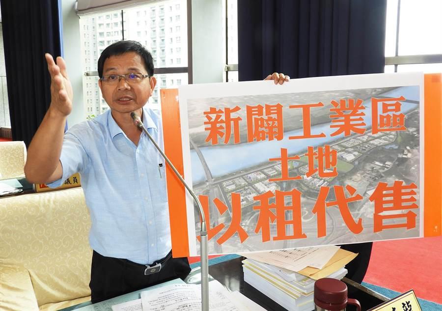市議員陳清龍建議市府,新闢工業區土地應採「以租代售」,藉此減輕業者的負擔。(陳世宗攝)