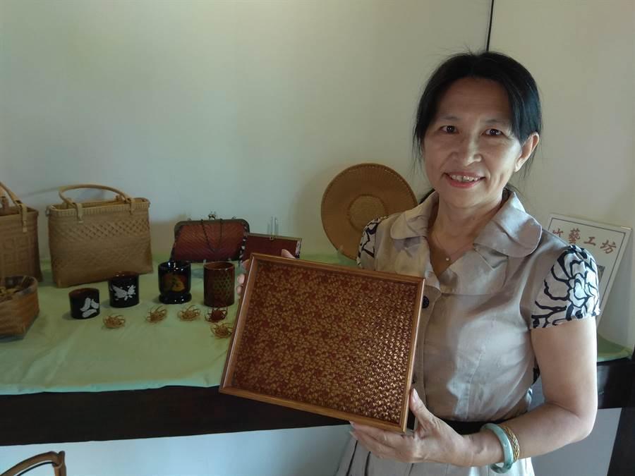 竹編藝術家徐碧霞說,竹編作品可難可易,像她手上的風車編托盤,就需要很強的邏輯能力。(劉秀芬攝)