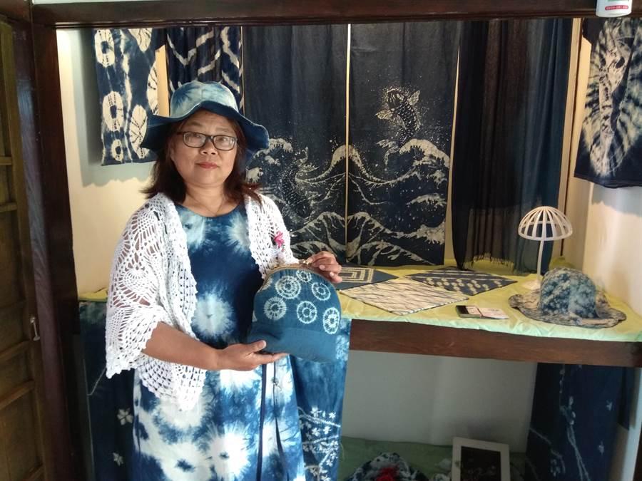 藍染老師羅金珠身上的行頭,都是她親手做的。(劉秀芬攝)