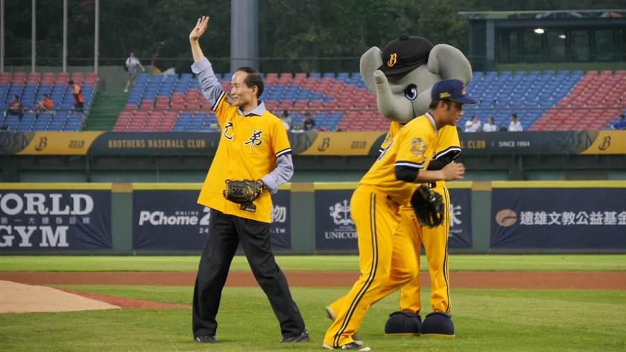 國資圖館長劉仲成(左)在洲際棒球場為職棒中信兄弟對統一獅的球賽開球,也象徵「閱讀全壘打」活動正式開跑。(林欣儀攝)