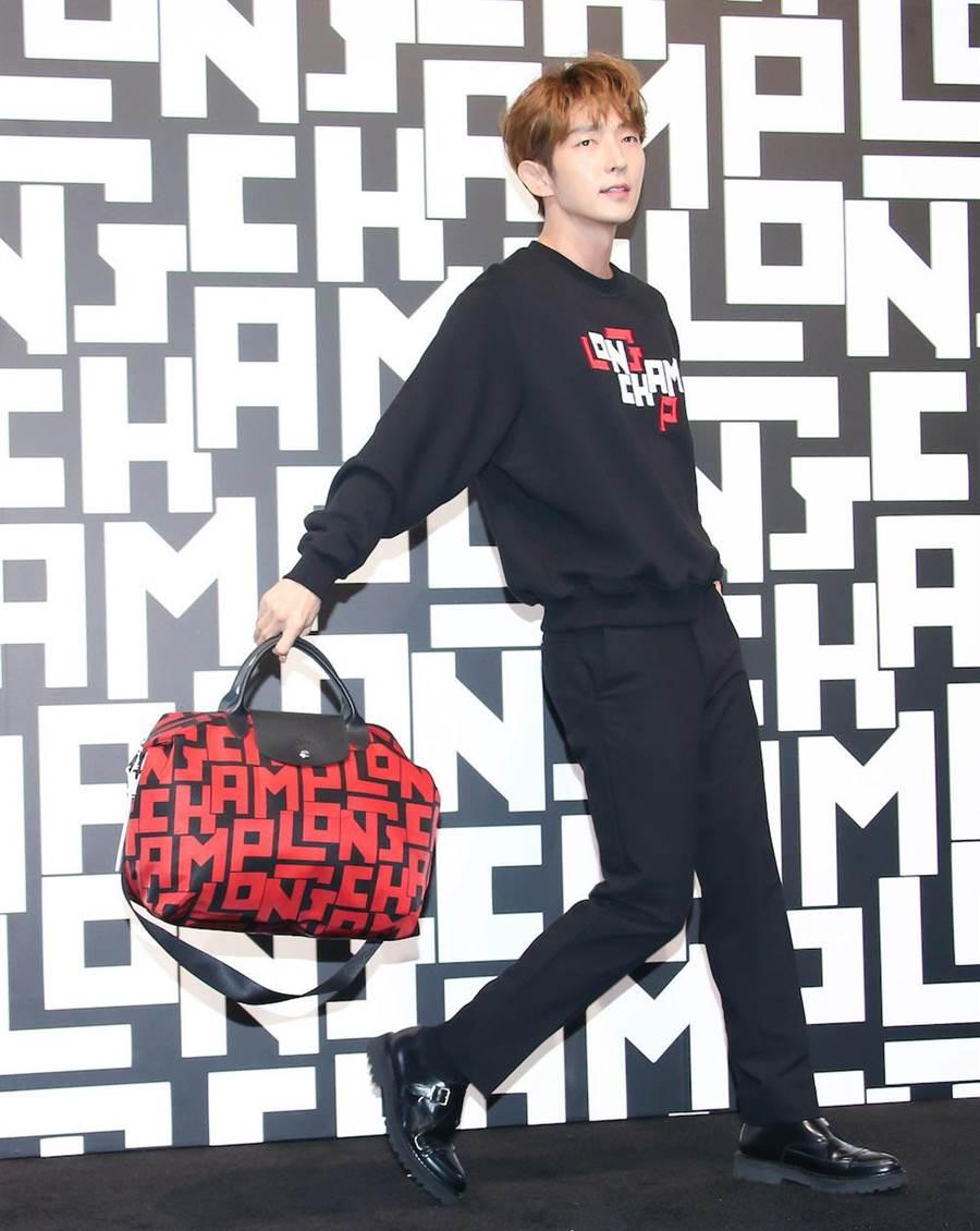 李準基拎著Longchamp全新LGP旅行袋,1萬700元。(羅永銘攝)