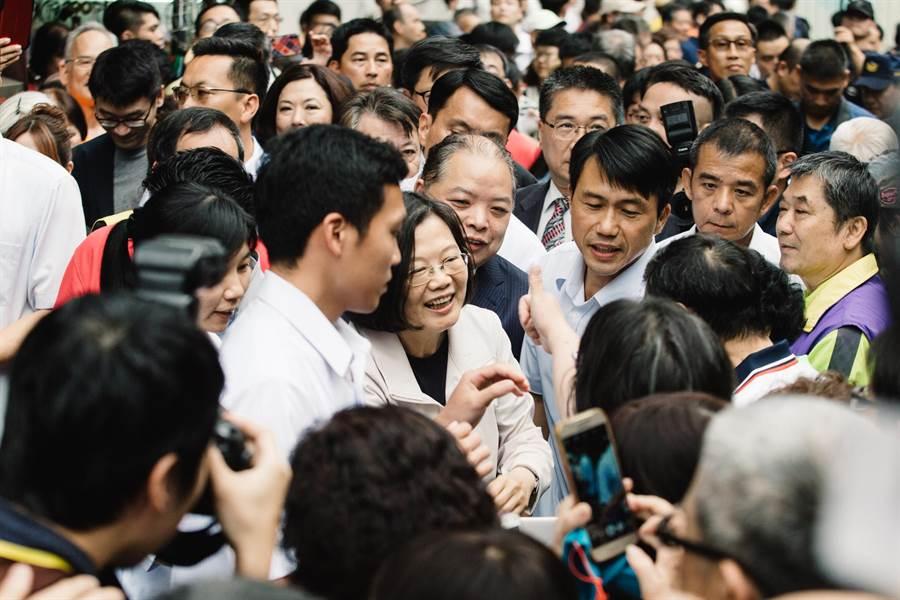 蔡英文总统(中)15日前往慈圣宫参拜,现场支持者列队欢迎,高喊「小英加油」。(郭吉铨摄)