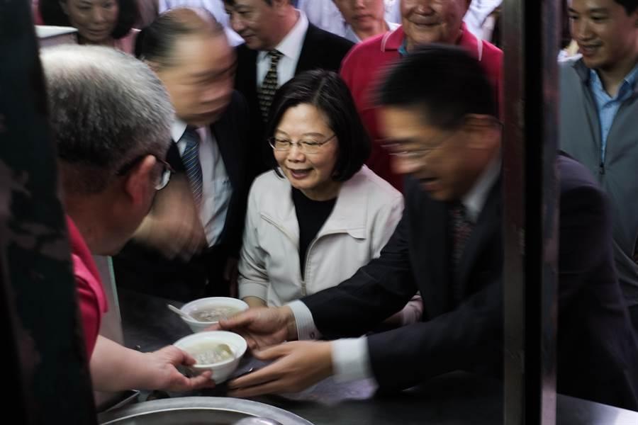 蔡与当地民眾合影后,至庙口小吃摊享用四神汤。(郭吉铨摄)