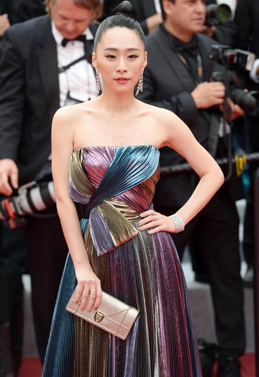 吴可熙配戴De Beers珠宝,气势不输好莱坞女星。