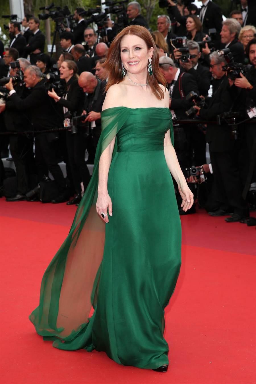 茱莉安摩尔在Dior森林绿丝质雪纺洋装高级订制服衬托下相当贵气。