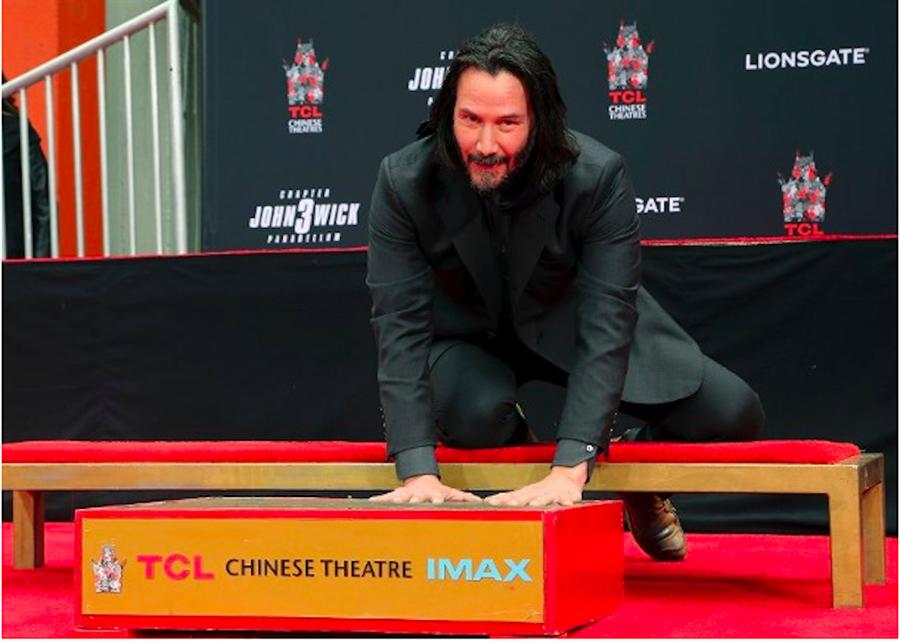 基努李維在好萊塢中國戲院前留下手腳印。(翻攝自網路)