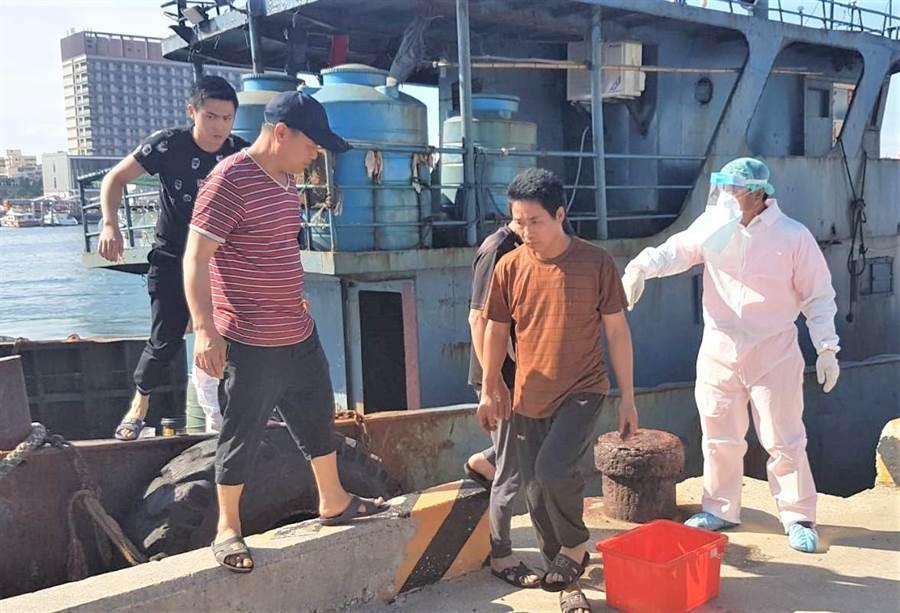 澎湖海巡隊查獲越界大陸籍油料補給船夾帶豬肉,防疫人員進行船員及船隻消毒作業。(陳可文攝)