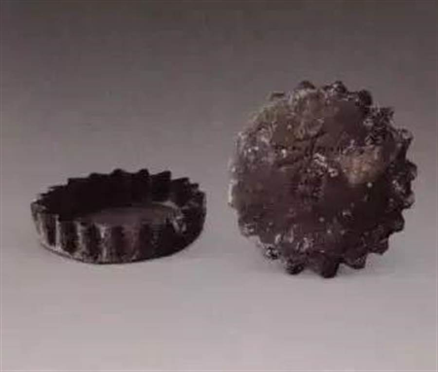 明朝時期的銀香盒,是一對的,上面的蓋子會大於下面的,而蓋上還刻有一個「香」字,是古代婦女隨身攜帶裝香粉的妝具。(圖取自《新民網》)