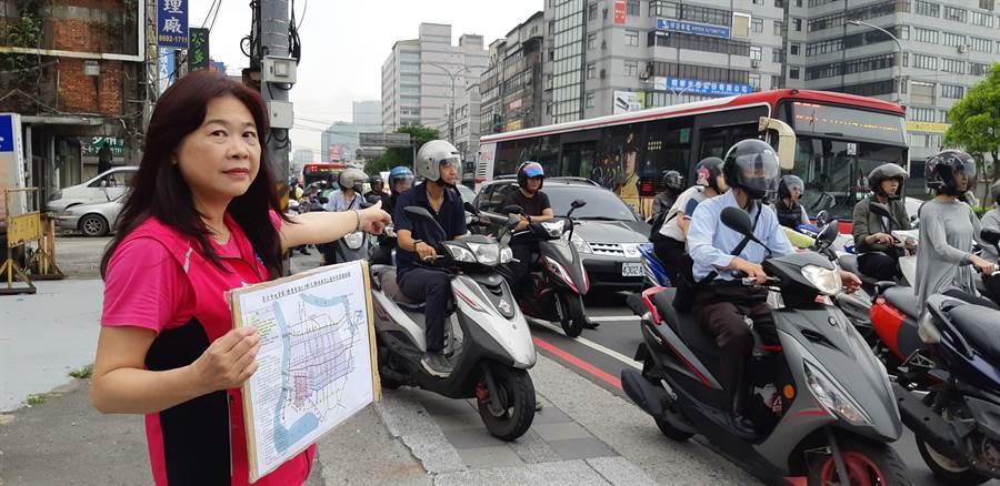 李永萍認為,尖峰時段大貨車與聯結車禁行才能還汐止人安全的路。(葉德正翻攝)