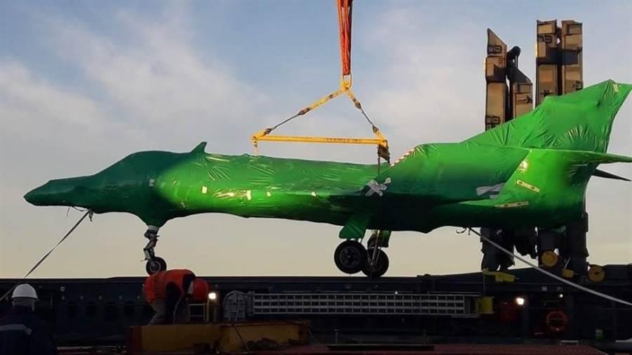 5架超級軍旗戰機包覆著綠色的塑膠膜抵達阿根廷布蘭卡港。(圖/theaviationgeekclub)