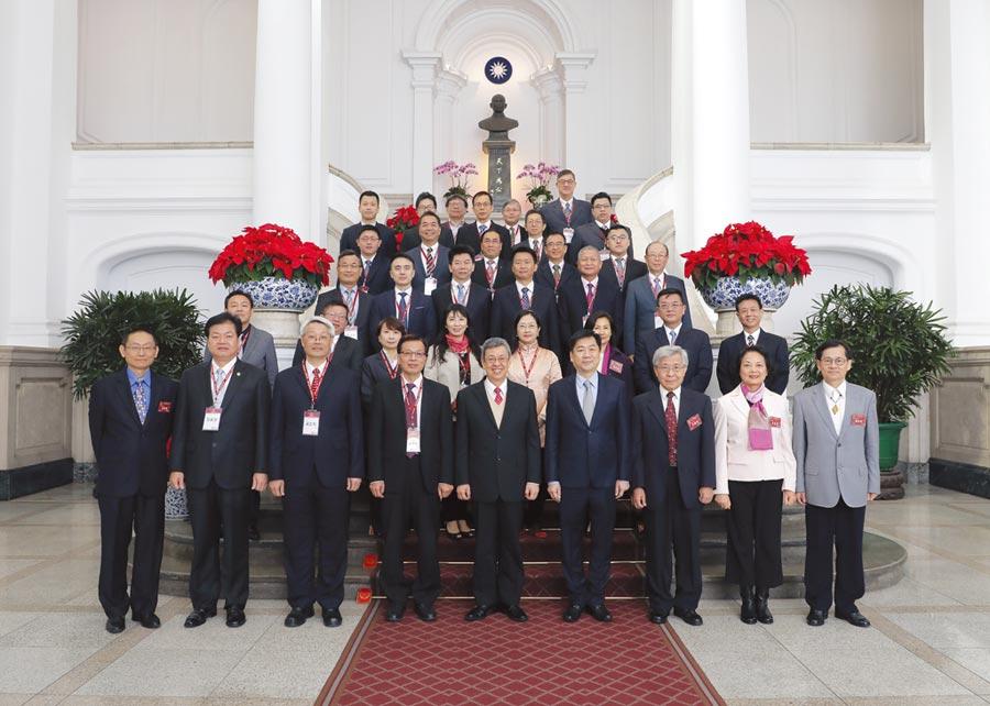 副總統陳建仁(前排中)接見「第19屆國家建築金獎」暨107年度「台灣誠信品牌」認證獲獎單位代表。圖/永續關懷協會提供