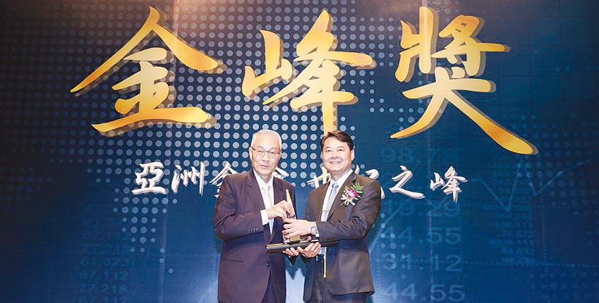鴻鷹國際旅行社獲傑出企業金峰獎,副總經理王國強(右)接受前副總統吳敦義頒獎。圖/鴻鷹提供
