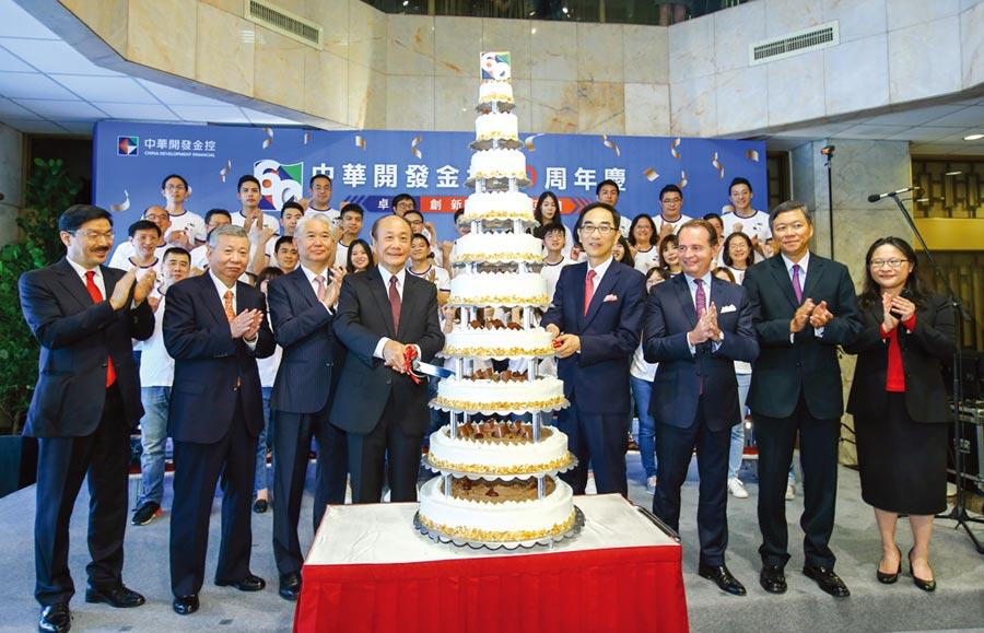 開發金控歡慶60,十層蛋糕象徵長長久久,業務昌盛。圖/業者提供