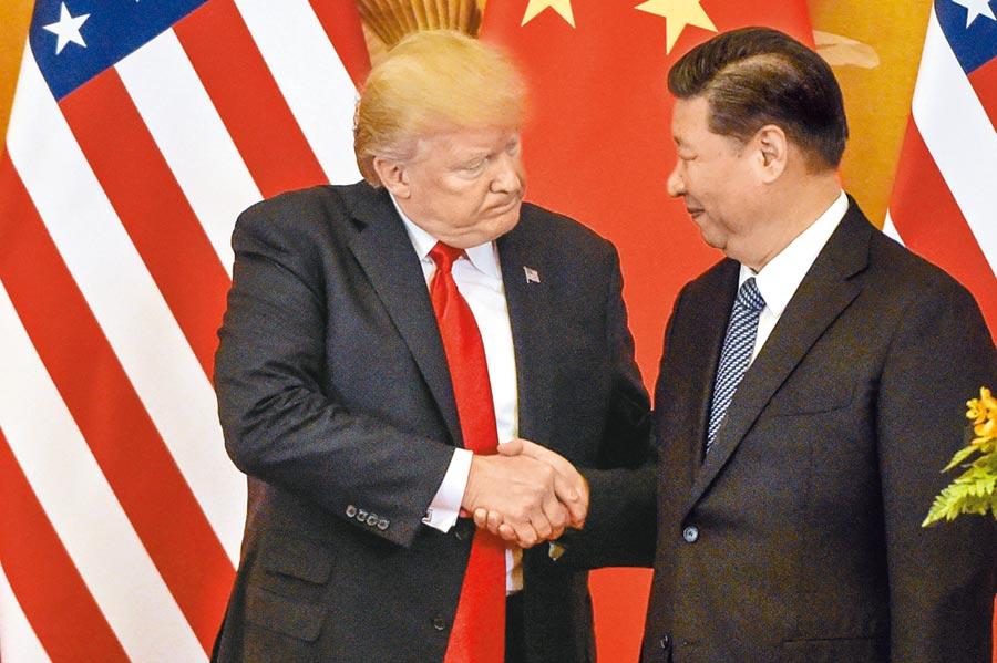 美國總統川普(左)與大陸國家主席習近平(右)預計將於6月底的G20峰會會面,被視為化解貿易戰的最佳機會。CNN分析,如今美陸對抗已進一步聚焦,成為兩國領袖在意志上的較量。(法新社)
