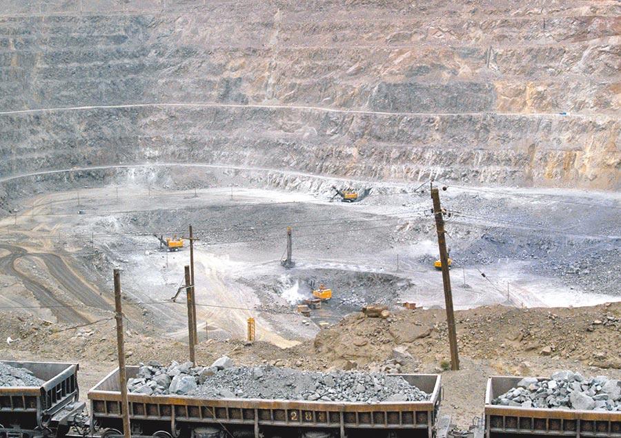 在大陸內蒙古一座礦場內,工人正利用機具開採稀土。美國14日公布對大陸3000億美元商品加徵關稅清單,其中特別排除稀土,彰顯美方對大陸出產的這種戰略金屬的依賴。(美聯社)