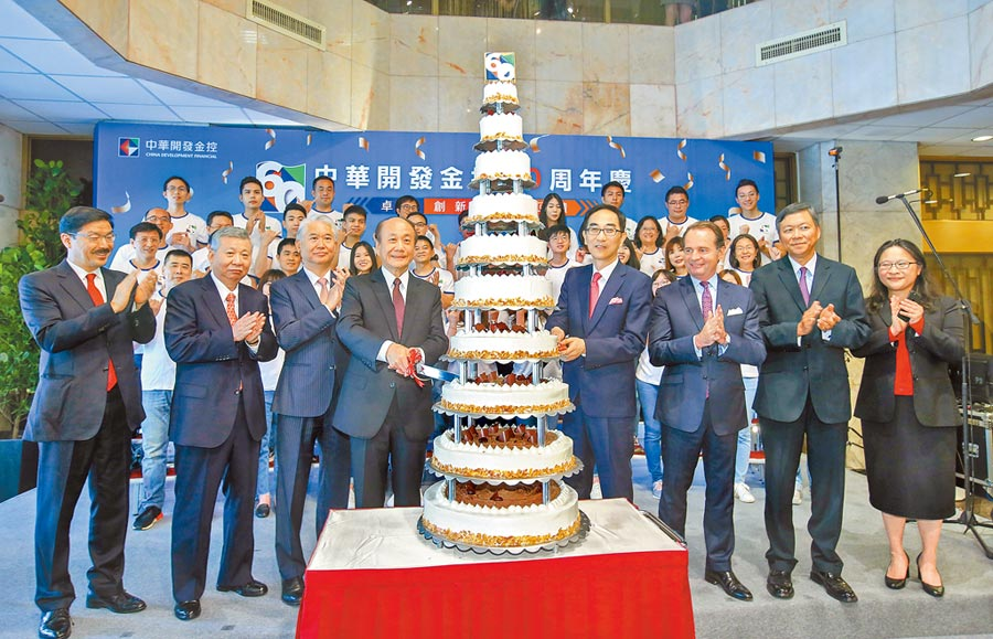 開發金控歡慶60年慶,10層蛋糕象徵長長久久、業務昌盛。(開發金控提供)