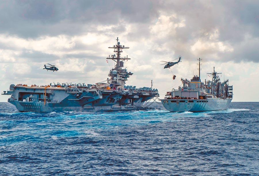 波斯灣局勢充滿火藥味,美軍在中東部署「林肯號」航空母艦戰鬥群,圖為「林肯號」(左)正在進行海上整補作業,右為補給艦「北極號」。(法新社)