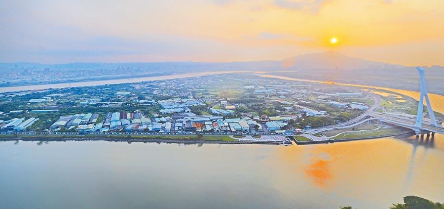 圖為夕陽下的社子島(本報資料照片)。