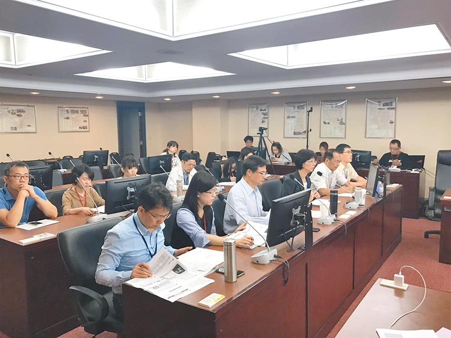 多位台北市議員13日書面提案,要求市府放寬社子島拆遷安置條件,昨議會民政委員會上,議員再度向地政局提出要求。(張潼攝)