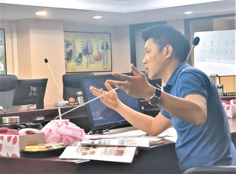台北市議員王閔生不滿東區蕭條議題被新北市政府拿來消遣,要求北市產業局提出嚴正抗議。(吳堂靖攝)