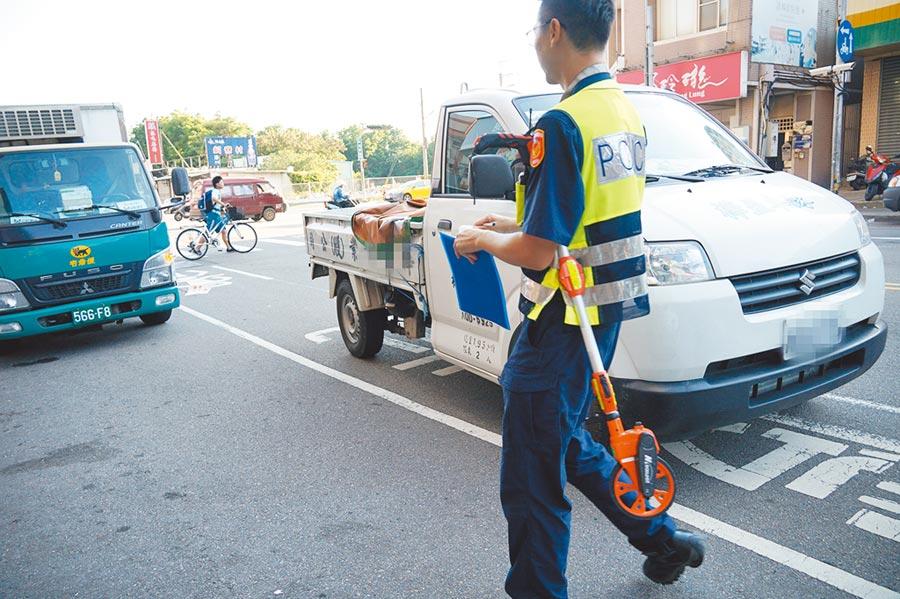 黎明路、永春東路口14日下午發生小貨車撞5歲女童意外,警方於現場調查,後方為肇事的小貨車。(黃國峰攝)