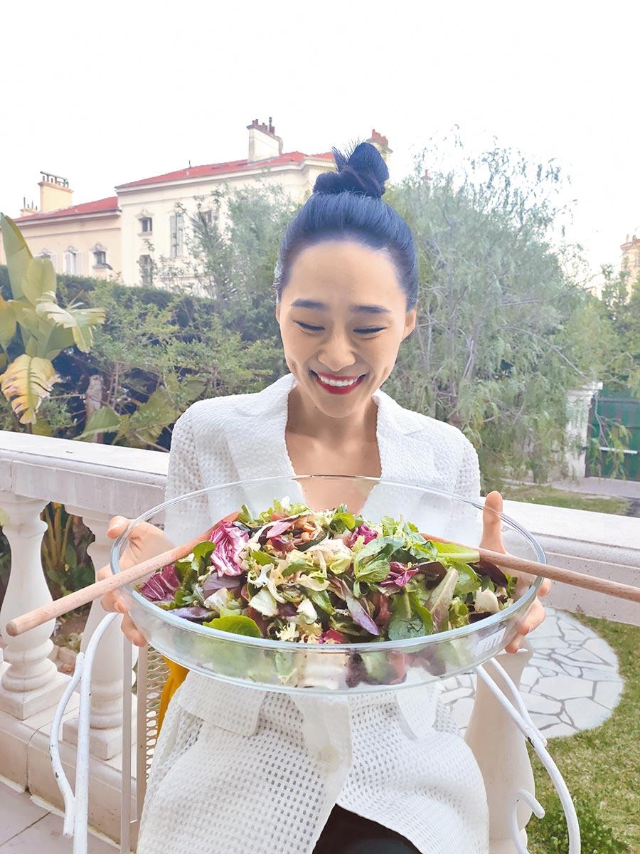 吳可熙只能吃沙拉,絲毫不敢享受當地美食。