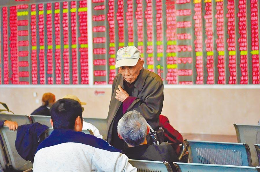 5月10日,成都某證券營業廳內的股民們正在交流。(中新社)