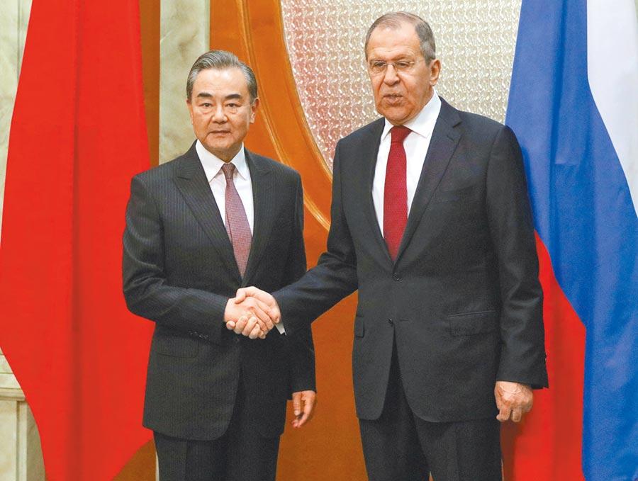 當地時間5月13日,大陸國務委員兼外長王毅(左)在索契同俄羅斯外長拉夫羅夫舉行會談。(中新社)